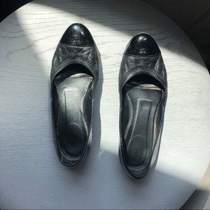 Chanel black leather and patent leather flats 38